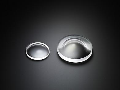 Links: Das asphärische Linsenelement, das im 18-35mm F1,8 DC HSM | Art verwendet wird. Rechts: Das asphärische Linsenelement, das im 20mm F1,4 DG HSM | Art verwendet wird.